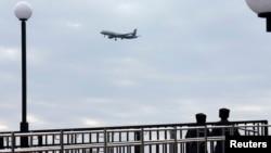俄罗斯哥萨克在索契巡逻,上空有飞机飞过。