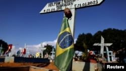 一個埋葬感染新冠病毒死亡人士的巴西墓園
