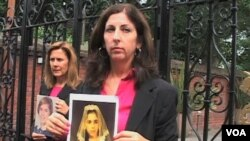 Dua warga AS Therese Albrecht dan Barbara Blaine (kiri) berada di London, Inggris untuk melakukan unjuk rasa atas pelecehan seksual terhadap anak-anak oleh para pastur gereja Katolik.