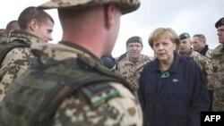 Ангела Меркель с немецким контингентом в Афганистане