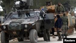 지난 4일 시리아 알바브 외곽지역에서 터키 군과 시리아 반군 병력이 이동하고 있다.