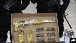 Cảnh sát thu giữ băng nạp đạn và đạn dược cho súng tấn công AK-47 thuộc về trùm băng đảng Ramiro Pozos Gonzalez hay còn được biết với tên El Molca