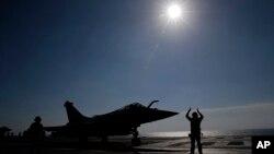 지난 1월 페르시아만에 배치된 프랑스 샤를드골 항공모함에서 라팔 전투기가 출격하고 있다. (자료사진)