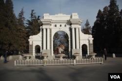 清华大学的清华园牌坊(美国之音拍摄)