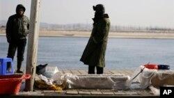 중국의 북-중 접경도시 단둥에서 중국 어부들이 물고기를 팔고 있다. (자료사진)