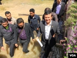 Kem Sokha, vice president of opposition CNRP leaves after he registered his name for the upcoming election in Phnom Penh's Mean Chey on Wednesday, October 05, 2016. ( Kann Vicheika/VOA Khmer)