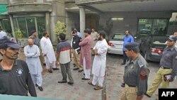 Nhân viên an ninh Pakistan tại tòa nhà ở Lahore nơi công dân Mỹ bị bắt cóc, ngày 13 tháng 8, 2011