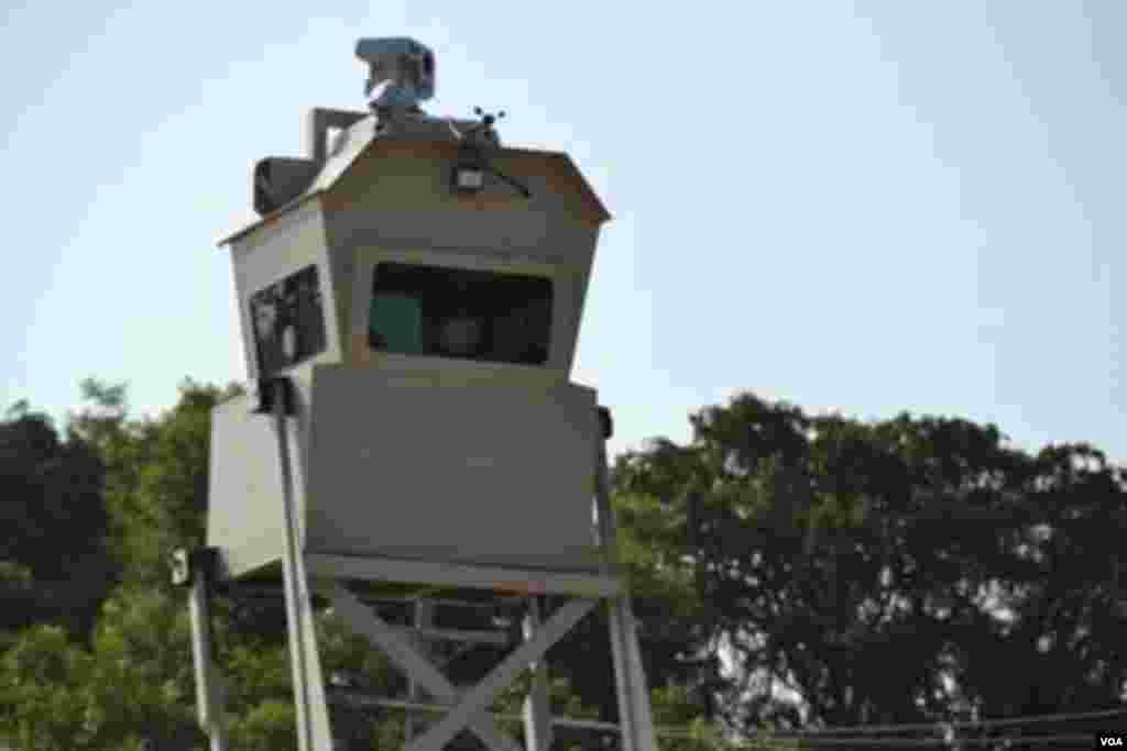 Torre de control en la frontera de Estados Unidos. [Foto: Ramon Taylor, VOA].