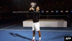 Novak Đoković sa trofejem namenjenom pobedniku Australijen Opena
