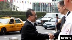 2011년 7월 뉴욕을 방문한 김계관 북한 외무성 부상(왼쪽)이 미국의 클리포드 하트 6자회담 수석대표와 악수하고 있다.
