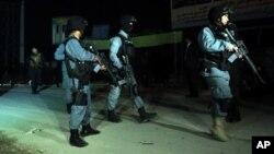 Forças de segurança inspeccionam local de ataque em Cabul (imagem de arquivo)
