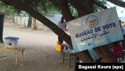Un bureau de vote sous un arbre à Gassi, un quartier Est de Ndjamena, Tchad, 10 avril 2016. VOA Afrique/Bagassi Koura