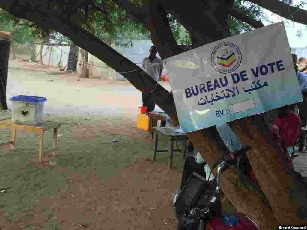 Un bureau de vote sous un arbre à Gassi, un quartier est de N'Djamena, Tchad, 10 avril 2016. (VOA Afrique/Bagassi Koura)