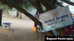 Un bureau de vote sous un arbre à Gassi, un quartier Est de Ndjamena, Tchad, 10 avril 2016. (VOA Afrique/Bagassi Koura)