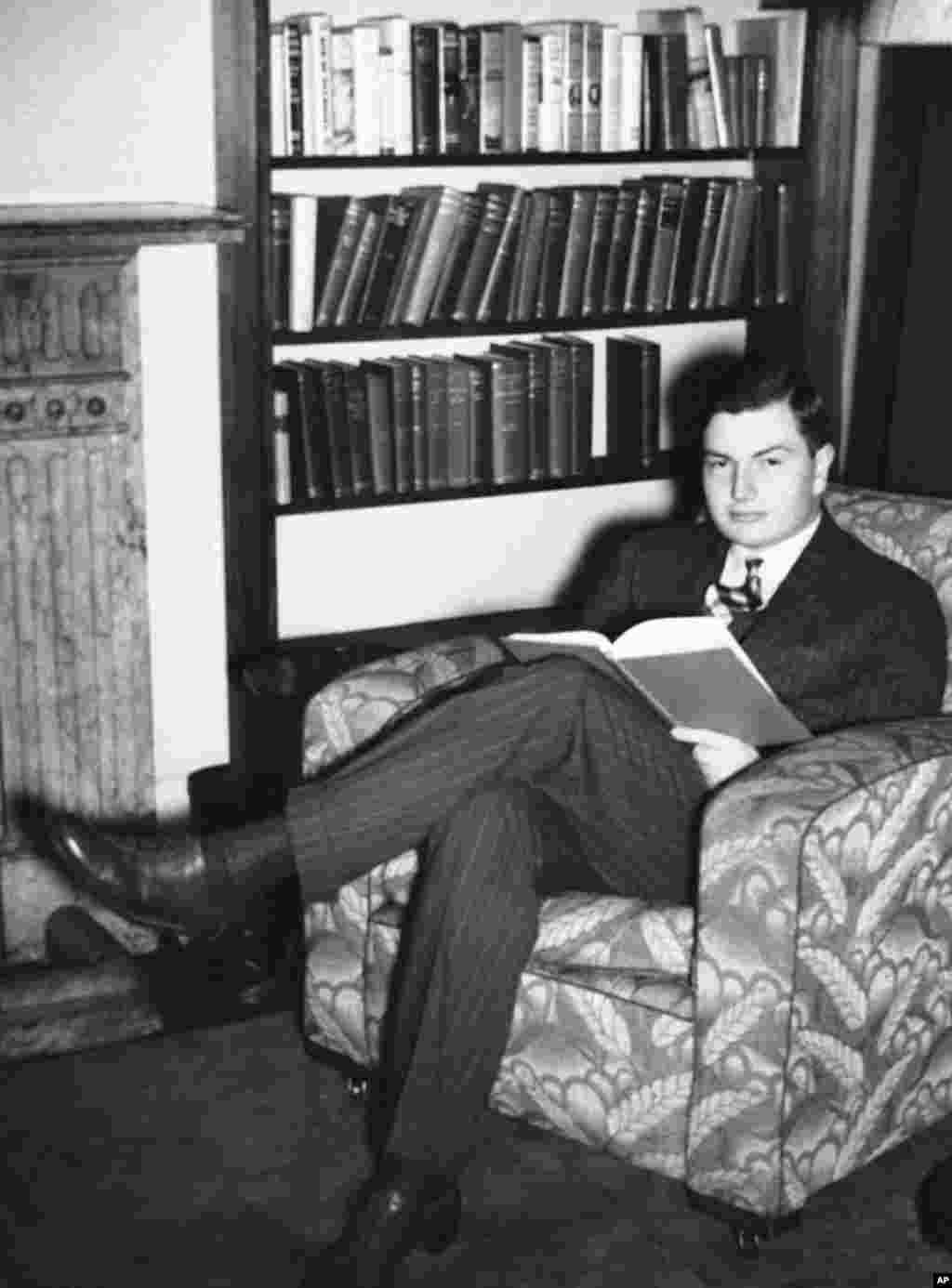 1937年11月22日,伦敦经济学院学生大卫·洛克菲勒在在寓所里学习,这位富豪子孙的居住条件欠佳。后来,洛克菲勒曾任大通曼哈顿公司(the Chase Manhattan Corporation)的董事长和首席执行官,他是19世纪标准石油(Standard Oil , 在中国曾经叫美孚石油公司 )帝国的创始人、传奇人物约翰·洛克菲勒的活到最后的一个孙子。