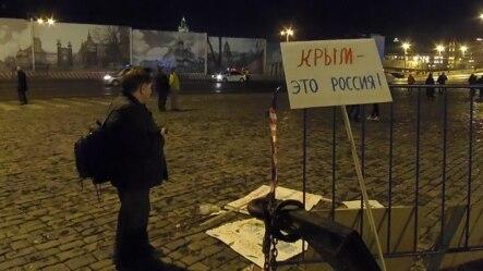 俄罗斯吞并克里米亚一周年后,今年3月莫斯科红场庆祝集会时的一个标语牌:克里米亚属于俄罗斯。(美国之音白桦拍摄)