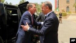 El secretario de Defensa de EE.UU., Ash Carter, (izquierda) fue recibido por su homólogo iraquí, Khaled al-Obeidi, en el Ministerio de Defensa en Bagdad.