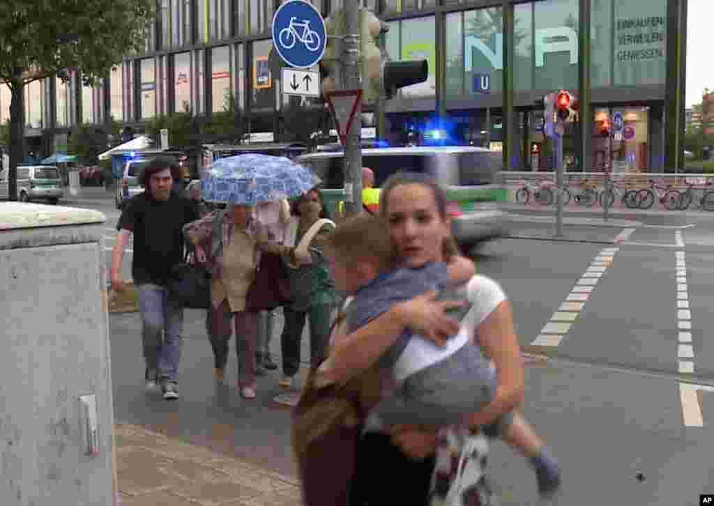 مردم وحشت زده از مرکز خرید الیمپیا در مونیخ فرار می کنند.