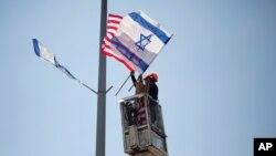 پیشاپیش دیدار دونالد ترامپ از اسرائیل پرچم دو کشور در خیابان های اسرائیل به اهتزاز در می آید