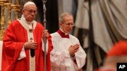 El papa Francisco celebra la misa de Pentecostés en la Basílica de San Pedro en el Vaticano el domingo, 20 de mayo, de 2018.