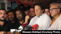 عمران خان امجد صابری کے گھر کے باہر میڈیا سے گفتگو کرتے ہوئے