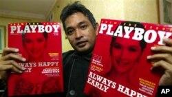 《花花公子》印尼版前主编艾尔文•阿纳达2006年展示其创刊号