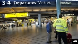 A security agent stands in the departure hall of the Amsterdam Schiphol airport after two Yemenis arrested at the Airport off a flight from the US were being held on suspicion of conspiracy to prepare a terrorist act, 31 Aug 2010