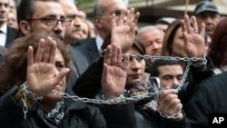 Des journalistes dénoncent l'arrestation de deux journalistes turcs Can Dundar et Erdem Gul, le 27 novembre 2015 à Ankara, Turquie (AP)