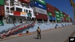 گوادر بندرگاہ سے چین کا پہلا تجارتی سامان لے جانے کے لیے بحری جہاز تیار ہے۔ 13 نومبر 2016