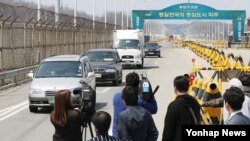 북한의 개성공단 통행제한 조치가 2주를 넘긴 가운데 19일 경기도 파주시 통일대교에서 취재진 너머로 귀환 차량이 보이고 있다.
