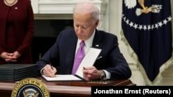 美国总统拜登签署一项有关抗击新冠病毒的行政命令。(2021年1月21日)