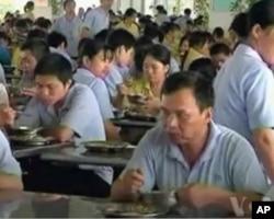 图为中国某工厂工人在食堂吃饭