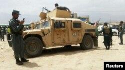 Lực lượng an ninh Afghanistan tại hiện trường vụ đánh bom tự sát ở ngoại ô thủ đô Kabul của Afghanistan hôm 30 tháng 6.