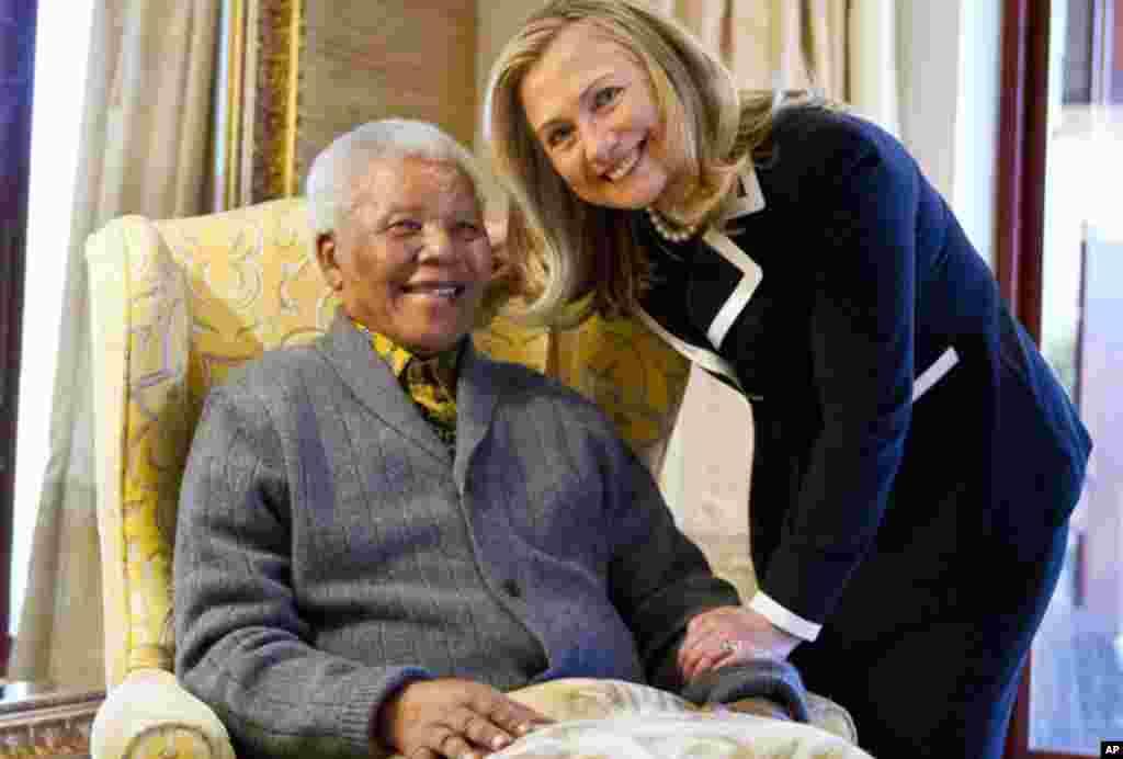 La secretaria de Estado de EE.UU, Hillary Clinton, y el ex presidente Mandela posan sonrientes para los fotógrafos en agosto de 2012.