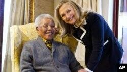 6일 넬슨 만델라 전 남아프리카공화국 대통령을 예방한 힐러리 클린턴 미국 국무장관.