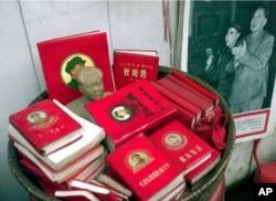 """1999年上海里弄摆摊出售的文革遗物:毛泽东和林彪照片,所谓""""红宝书""""的毛主席语录等等"""