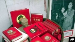 """1999年上海里弄摆摊出售的文革遗物:毛泽东和林彪照片,所谓""""红宝书"""""""