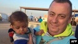 Foto distribuida por el gobierno británico del trabajador Alan Henning en un campo de refugiados entre la frontera siria-turca.