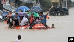 Regu penyelamat menggunakan perahu karst untuk membantu menyelamatkan warga yang terjebak banjir akibat badai tropis Fung Wong di kota Marikina, selatan Manila, Filipina (19/9).