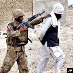 جنوبی وزیرستان سے حراست میں لیا گیا ایک مشتبہ دہشت گرد (فائل فوٹو)