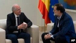 El ex alcalde de Caracas, Antonio Ledezma (izq.) conversa con el presidente del gobierno español Mariano Rajoy en el Palacio de Moncloa en Madrid. nov. 18, 2017.