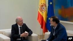 អតីតអភិបាលក្រុង Caracas លោក Antonio Ledezma(ឆ្វេង)និងនាយករដ្ឋមន្រ្តី Mariano Rajoy ជួបពិភាក្សាគ្នានៅទីក្រុងម៉ាឌ្រីតប្រទេសអេស្ប៉ាញកាលពីថ្ងៃសៅរ៍ទី១៨ វិច្ឆិកា ២០១៧។