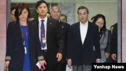 제7차 한중일 외교장관 회담에 참석하는 왕이 중국 외교부장(오른쪽)이 20일 김포국제공항을 통해 입국하고 있다.