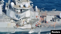 Kapal Angkatan Laut AS USS Fitzgerald, mengalami kerusakan setelah tabrakan dengan kapal dagang Filipina di Shimoda, Jepang, Sabtu (17/6).