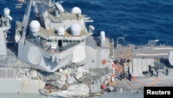 USS Fitzgerald, sebuah kapal peluncur kendali kelas Arleigh-Burke, yang mengalami kerusakan setelah bertabrakan dengan kapal dagang berbendera Filipina, tampak di lepas pantai Shimoda, Jepang (foto: Kyodo via REUTERS)