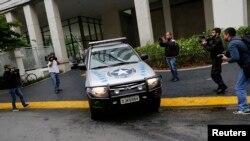 """Un véhicule appartenant à l'Autorité brésilienne des impôts (RFP ) devant le siège du conglomérat brésilien Camargo Correa lors de l'opération « Car Wash """" à Sao Paulo , le 14 novembre 2014 ."""