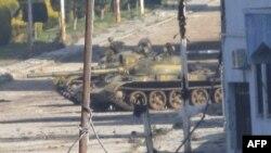 Xe tăng của lực lượng Syria gần thành phố Homs
