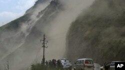 Para petugas medis dan polisi bergerak untuk memberikan bantuan di wilayah yang terkena gempa bumu di propinsi Yunnan, Tiongkok (Foto: dok). Gempa berkekuatan 5,5 SR mengguncang propinsi ini, Minggu sore (3/3) dilaporkan menghancurkan 700 rumah dan membuat 2.500 rumah lainnya rusak.