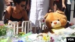 Mainan dan bunga diletakkan di memorial di Nice, Perancis, untuk mengenang 10 anak yang tewas dalam serangan di kota itu (16/7). (VOA/H. Murdock)