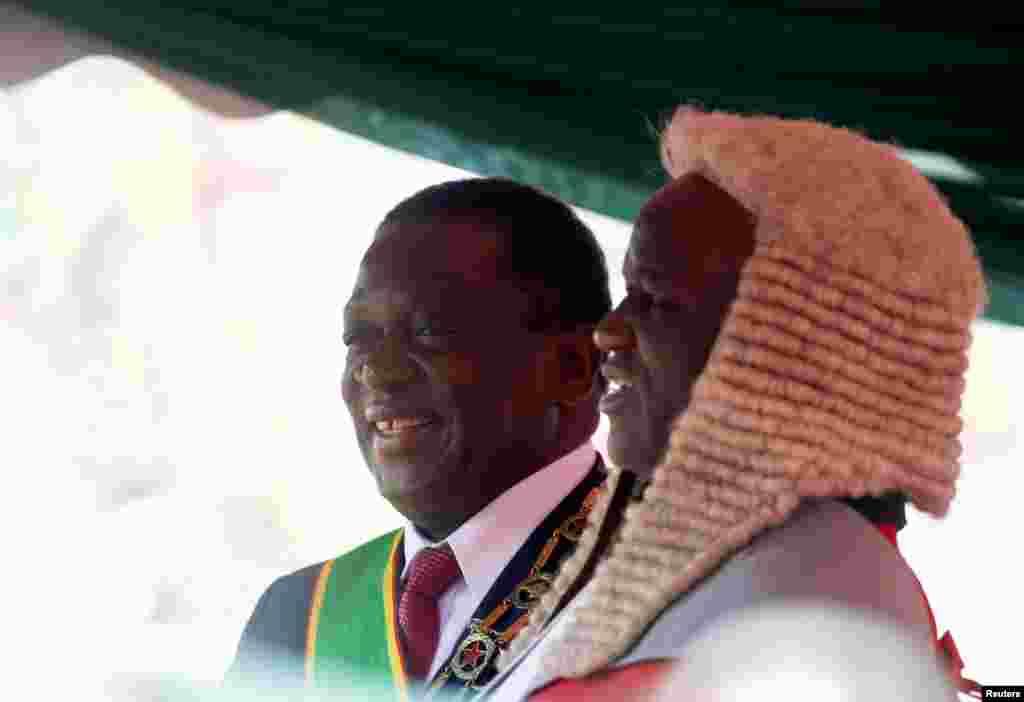 Umukuru wa sentare yubahiriza ibwirizwa nshingiro, Luke Malaba, ari kumwe perezida Mnangagwa